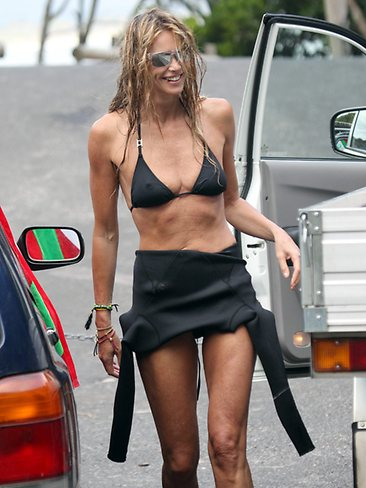 146737-elle-macpherson-surfing-at-byron