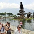 Photo document of tourist in Pura Ulun Danu, Danau Beratan, Tabanan, Bali. (ANTARA/Nyoman Budhiana)