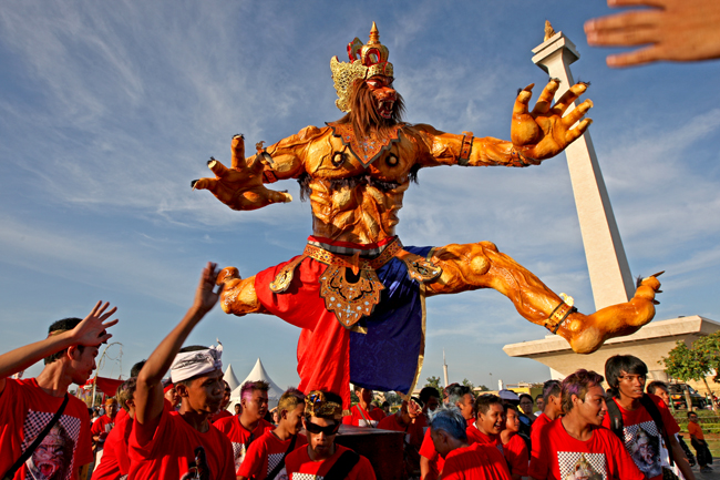 Balinese Hindus lift a monstrous effigy representing an evil spirit, or Ogoh-Ogoh, during a parade in Central Jakarta on Thursday to celebrate the Day of Silence, or Nyepi. Nyepi marks the beginning of the Balinese Hindu Saka New Year as the Hindu faithful observe a day of silence, fasting and meditation. (JG Photo/Safir Makki)