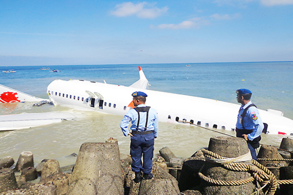 Downed bird: Air Force soldiers stand guard on Sunday near the Lion Air airplane wreckage several meters from the tip of the runway of Ngurah Rai International Airport. BD/Nur Aminah