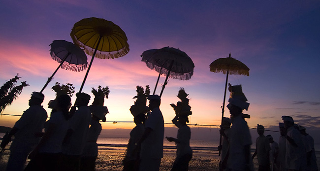 Bali-Sunset-Prayers_932012_53359