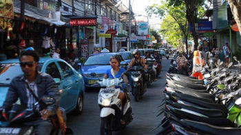 After Several Days of Changing Traffic Directions, Police in Kuta Restore Two-Way Flows