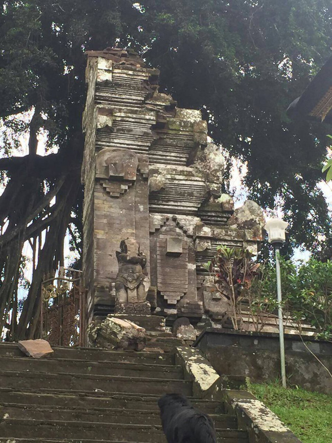 damage to the gate of kehan temple bangli by this mornings s 6 4 magnitude earthquake in bali photo twitter cindywockner